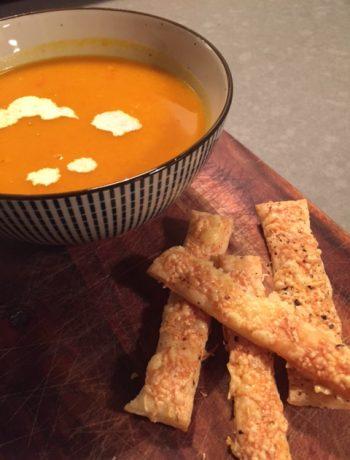 Soep van pompoen en zoete aardappel. Een heerlijke gezonde en vegetarische soep die zoet en pittig tegelijkertijd is. Een heerlijk en makkelijk recept.
