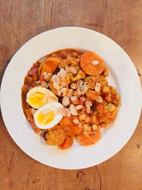 Bloemkool curry met zoete aardappel en kikkererwten. Een heerlijke vegetarische en veganistische gezonde curry.