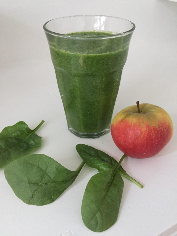Deze groene smoothie met spinazie, bleekselderij, banaan en appel is heerlijk en gezond en een combinatie van zowel groenten als fruit. Een gezonde en lekkere start van je dag!