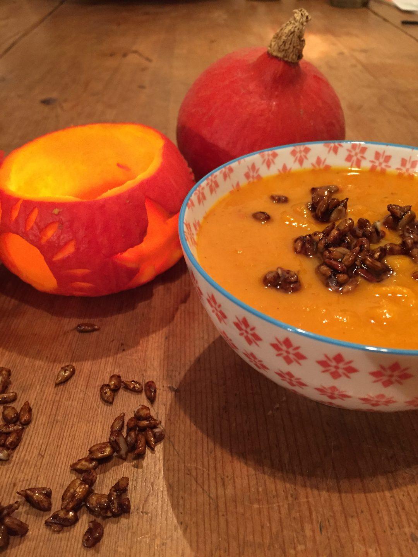 Pompoensoep met gember en kokos. Een heerlijke fluweelzachte soep met pit door de gember en peper.