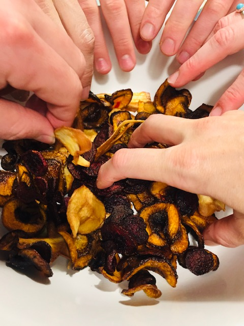 Groentechips van wortel, pastinaak en rode biet. Een heerlijk tussendoortje of snack wat net even gezonder is dan gewone chips. In combinatie met de kruiden dip leuk voor op een feestje of bij de borrel.