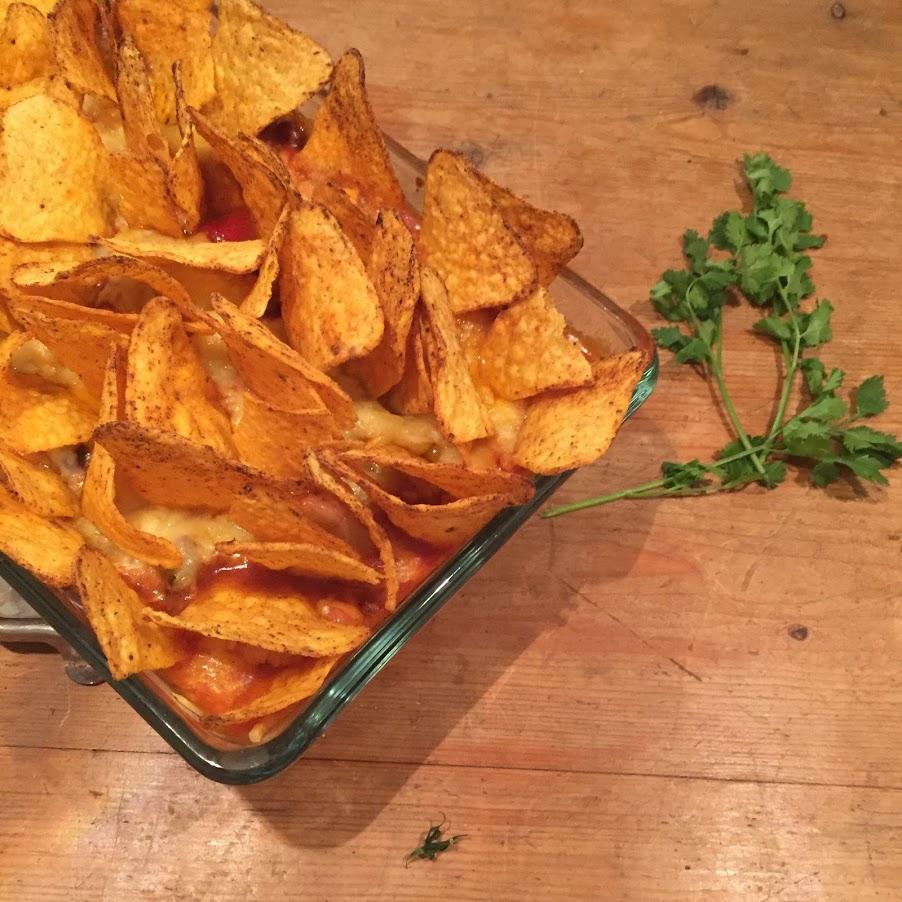 Een gezonde Mexicaanse ovenschotel boordevol groenten zoals zoete aardappel, prei, wortel, mais en paprika. Deze ovenschotel is heerlijk voedzaam door de kidneybonen en heel geschikt als avondeten.