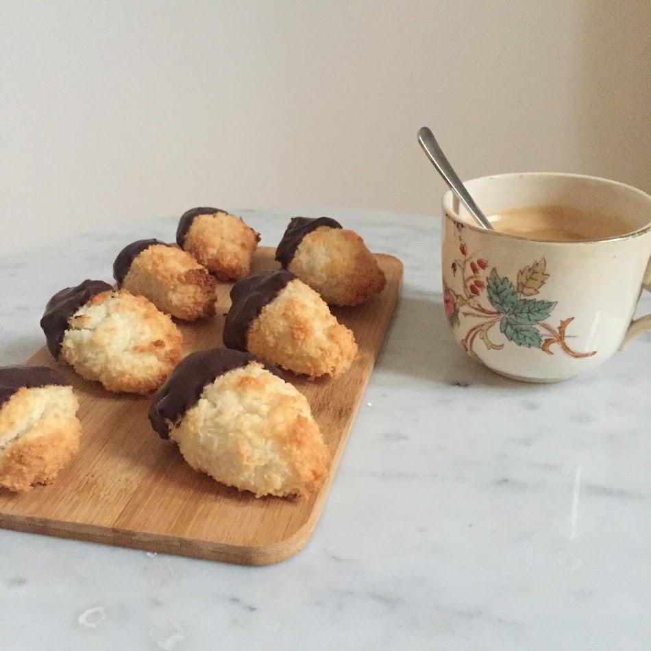 Deze kokosmakronen met chocolade zijn super simpel en erg lekker. Ik heb honing gebruikt als gezond zoetmiddel zodat deze kokosmakronen vrij zijn van geraffineerde suikers. Door pure chocolade toe te voegen aan de kokosmakronen is het net alsof je een gezonde bounty aan het eten bent.