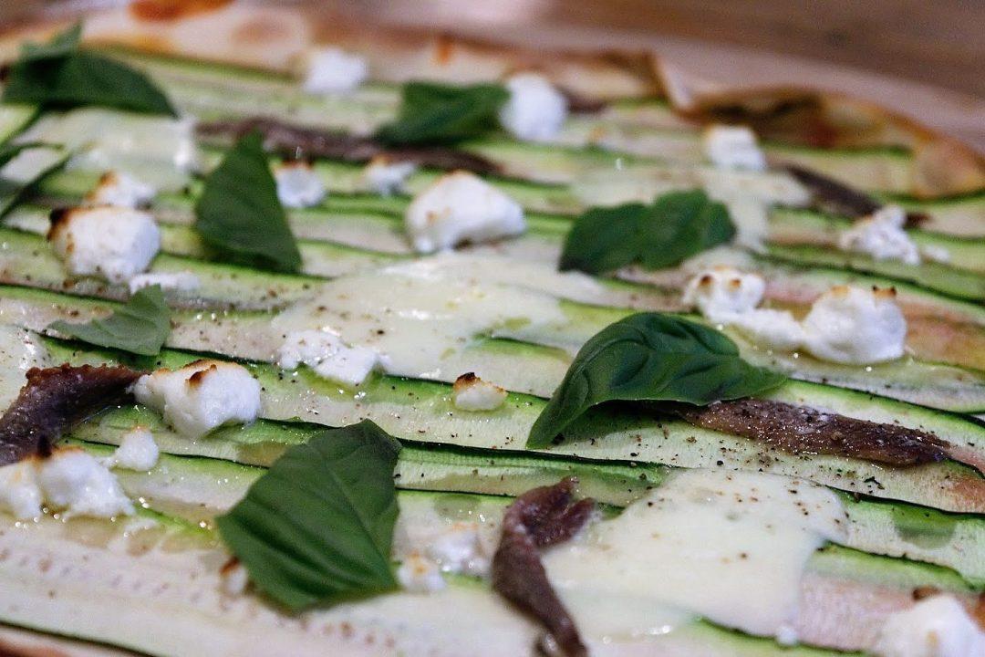 Een heerlijke en verrassende pizza met courgette, ansjovis en basilicum. Met courgette zijn vele recepten bekend, maar dit recept met courgette is zeker een aanrader te noemen!