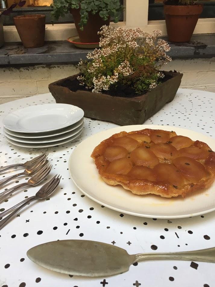 Het recept van deze tarte tatin van appel, ofetwel omgekeerde appeltaart, is een echte Franse klassieker. Een heel makkelijk recept waardoor je binnen no time een lekker stuk taart bij de koffie kunt serveren.