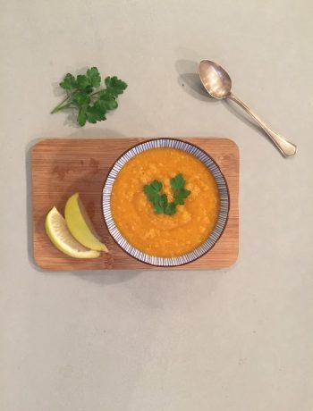 Een heerlijke vega en vegan linzensoep met wortel. Lekker en gezond en ideaal als maaltijdsoep of als lunch.