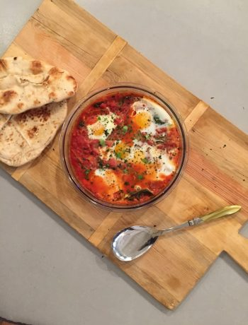 eieren en snijbiet in tomatensaus, shakshuka, snijbiet, gezond, groenten, recept, koken, makkelijk, seizoensgroenten, biologisch, eieren