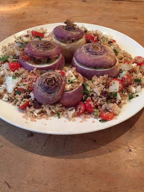 Gevulde meiraap is een originele én lekkere manier om meiraap, of meiknol, te serveren. De meiraap wordt gevuld met een kruidige en frisse couscoussalade. Een lekker en gezond vegetarisch gerecht.