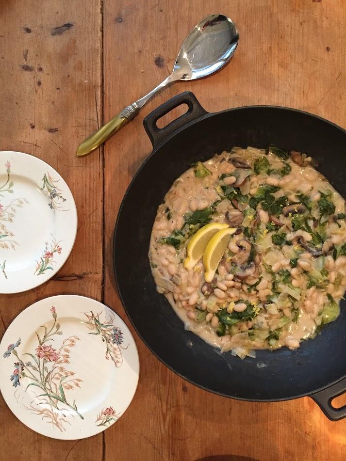 Deze vegetarische wokschotel van witte bonen met andijvie is echt een verrassend eenpansgerecht. Ook voor de minder grote andijvie fans.