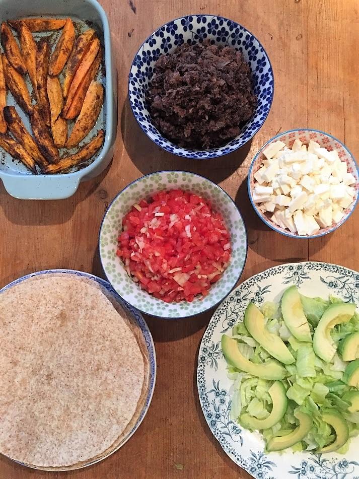 wrap met zwarte bonen, zoete aardappel en salsa,. Een heerlijk en gezond recept voor het avondeten. Het recept is vegetarisch en als je de feta weg laat ook veganistisch.