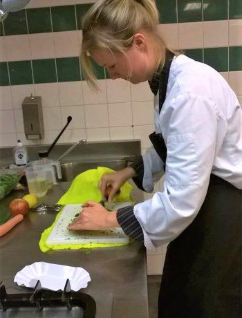 Koksopleiding les 1 French dressing en snijtechnieken, aan tafel bij anna