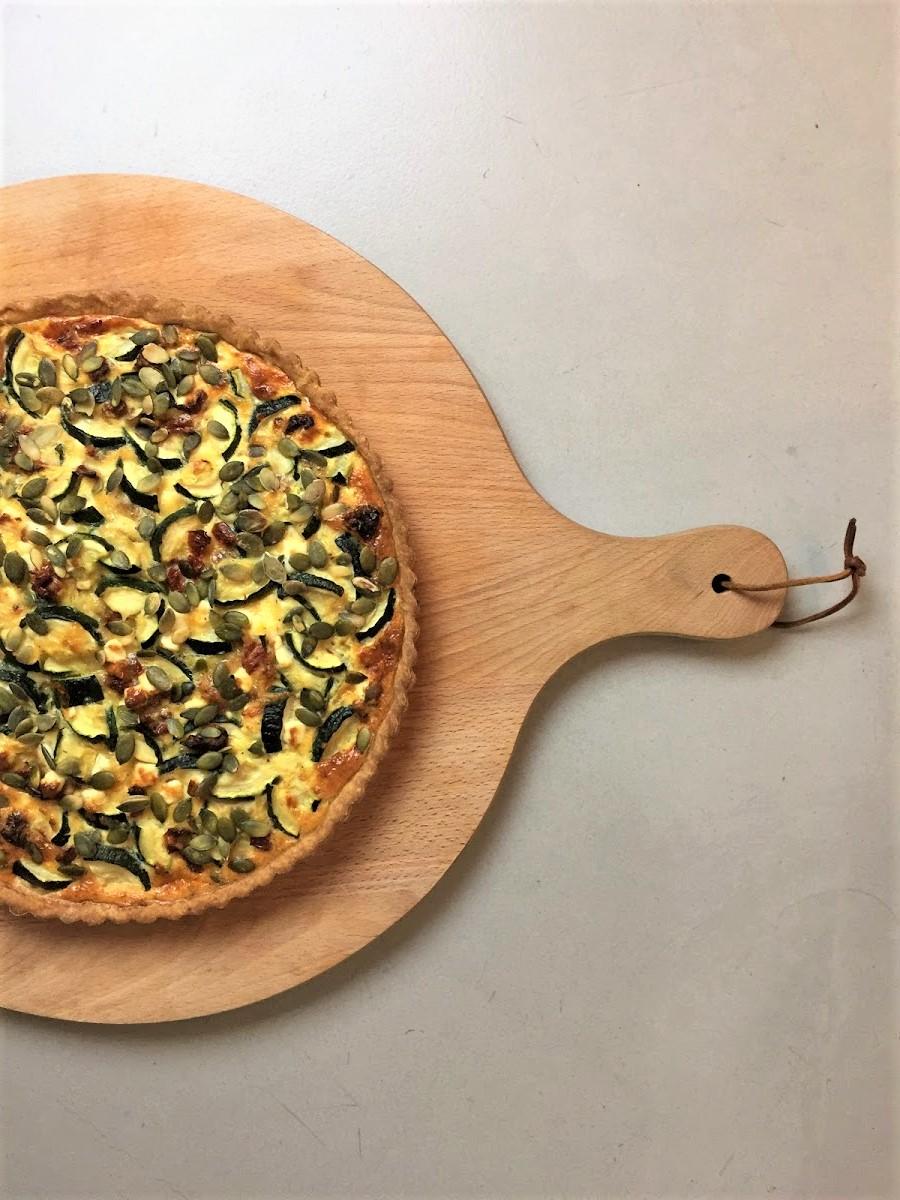 Een smaakvolle vegetarische quiche met courgette, feta en zongedroogde tomaat. Met zelfgemaakte bodem van spelt. Een heerlijk en voedzaam vegetarisch hoofdgerecht.