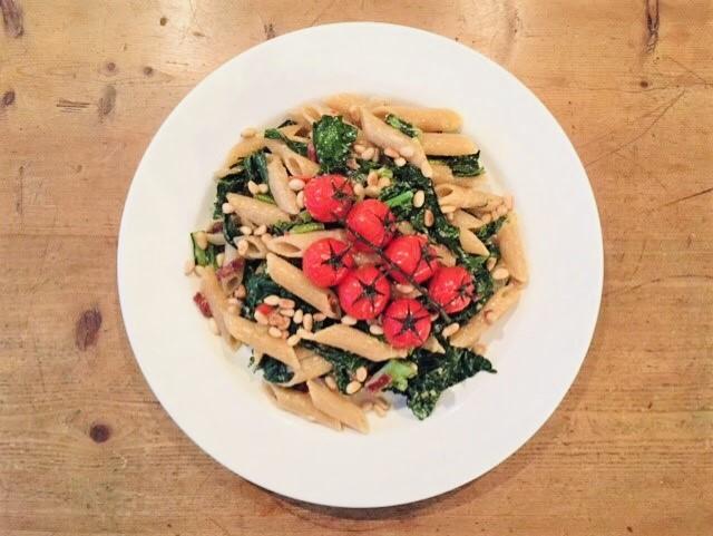 Pasta met palmkool en gepofte tomaatjes. Een heerlijk pasta recept met palmkool, ook wel cavolo nero genaamd.