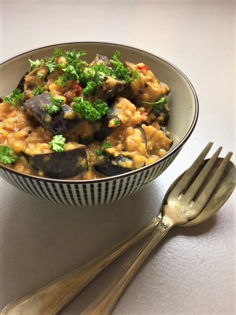 Deze curry met rode linzen en aubergine is gezond, makkelijk en erg lekker. Bovendien ook nog vegetarisch én veganistisch.