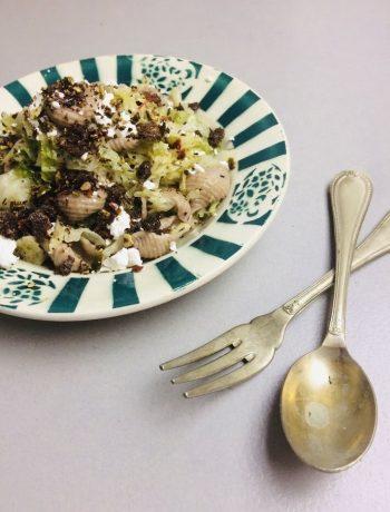 Pasta met savooiekool en pittige pompoenpit pangrattato. Een heerlijk, gezond en vegetarisch recept voor een doordeweekse maaltijd.