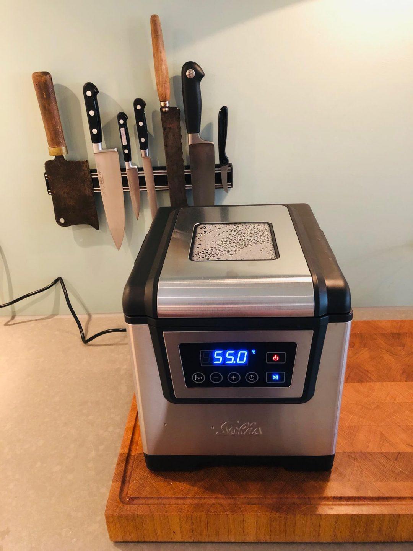 Wat is sous vide koken en wat heb je nodig? Welke sous vide apparaten zijn er? Op welke temperatuur moet je vlees, vis, eii en groenten sous vide koken? En kan je het makkelijk thuis doen? Ik leg het uit.