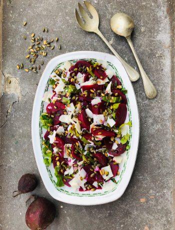 Salade van sous vide gegaarde bieten met snijbiet en geitenkaas. Een heerlijk vegetarisch en gezond recept met bieten uit de sous vide.