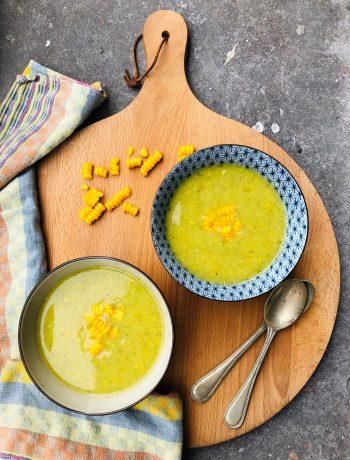 Patisson soep met mais en broccoli. Een heerlijke vegetarisch en vegan recept boordevol groenten. lekker als lunch, voorgerecht of als lichte maaltijd soep.