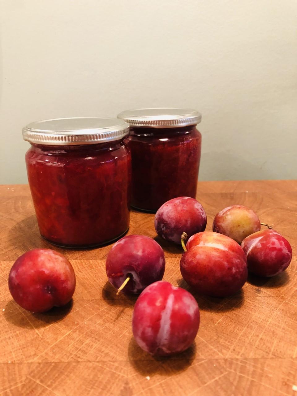 Hoe maak ik pruimen in? Maak deze heerlijke pruimen chutney en geniet heel het jaar door van pruimen. Lekker bij een kaasplankje, bij de borrel of verschillende hartige gerechten.