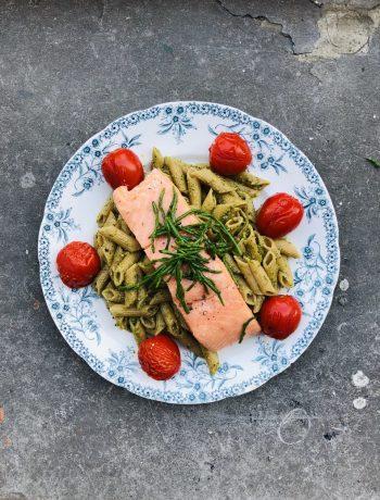 Pasta met pesto van zeekraal en sous vide gegaarde zalm. Een heerlijk gezond en smakelijk diner gerecht waarbij de zalm is gegaard in de sous vide. Een heerlijk en verrassend recept voor het avondeten.
