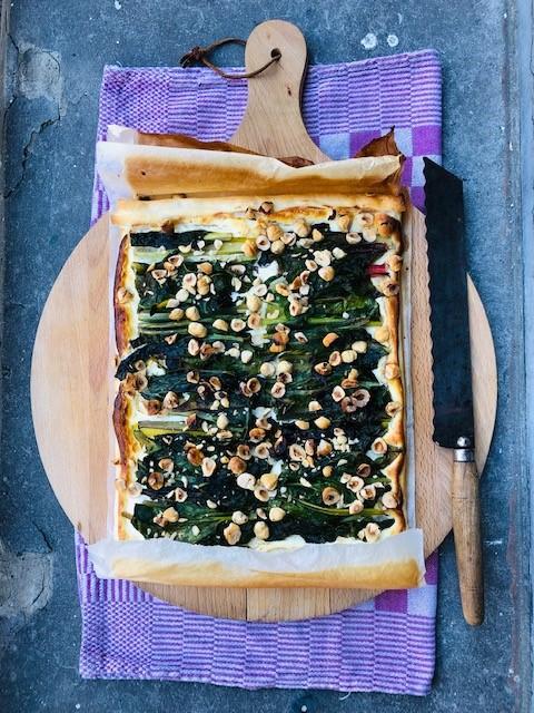 Deze vegetarische plaattaart van snijbiet, geitenkaas en hazelnoten is een heerlijke variant met de veelzijdige snijbiet, ook wel warmoes genoemd. Een goed recept voor avondeten of uitgebreide lunch.