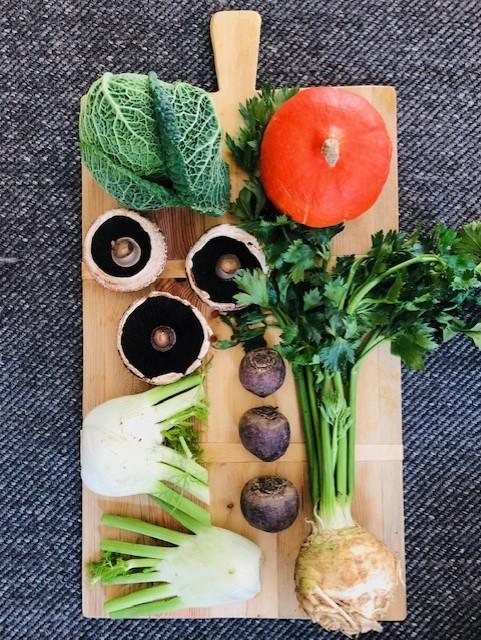 Hierbij de seizoensgroenten van oktober met bijpassende recepten in één overzicht. De meeste recepten zijn gezond en vegetarisch en een groot aantal ook veganistisch. Recepten voor het avondeten, salades, soep, bijgerechten, inmaken, lunch, ontbijt en sous vide. Veel kookplezier!