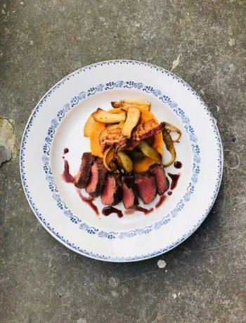 Bavette met zoete aardappel puree, paddenstoelen en saus van sjalot. Een heerlijk recept voor het kerst diner waarbij de bavette in de sous vide is gegaard.