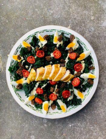 Boerenkool caesarsalade met kip uit de sous vide. Met oven gedroogde tomaatjes, ei en zelfgemaakte mayonaise dressing en croutons. Een heerlijke en gezonde salade.