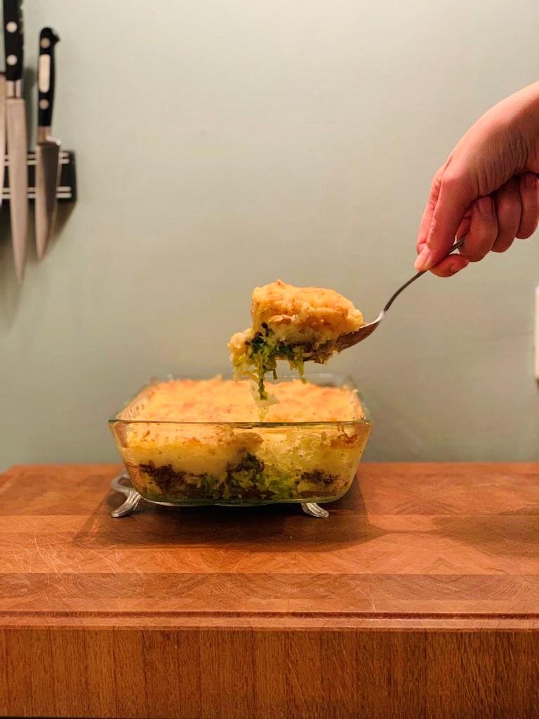 Ovenschotel met savooiekool en gehakt. Echt comforfood voor de koude dagen. Een gezond en makkelijk recept wat je goed van tevoren kunt voorbereiden voor het avondeten. Vlak voordat je aan tafel gaat hoef je het alleen nog op te warmen in de oven.