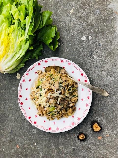 Paddenstoelen risotto met andijvie. Een heerlijke vegetarische herfst risotto bomvol smaak. Een gezond en lekker een pans recept voor het avondeten.