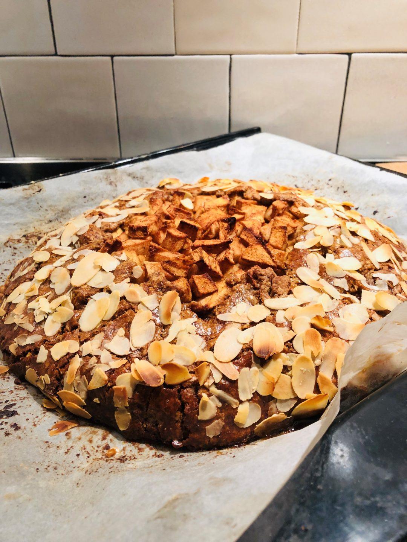 Speculaas appelgalette met spijs. Gemaakt van havermout, speltbloem en kokosbloesemsuiker waardoor deze taart een gezonde twist heeft. Een heerlijk recept voor de sinterklaas periode.