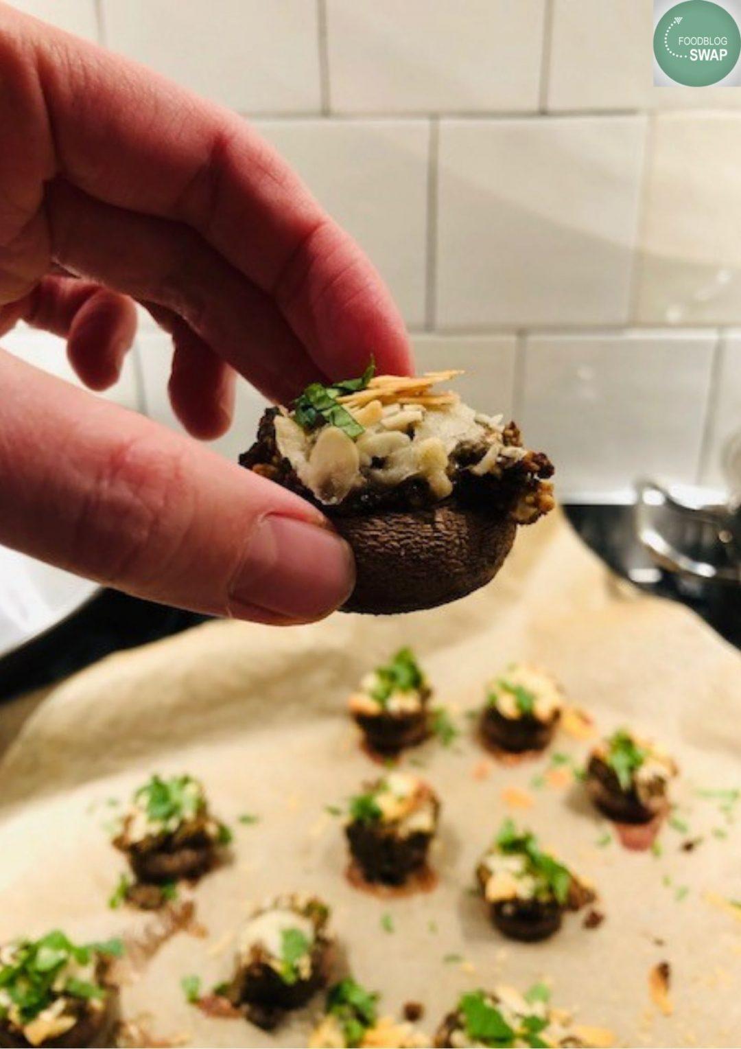 Champignons gevuld met notengehakt en peterselie. Een heerlijk vegetarisch en gezond hapje voor bij de borrel of als amuse.