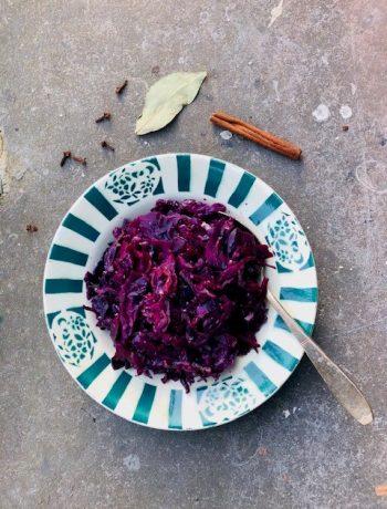 Sous vide gegaarde rode kool met balsamico, rode wijn en specerijen. Een heerlijk winters bijgerecht. Een goed recept voor tijdens het kerstdiner of voor een winterse avondmaaltijd.