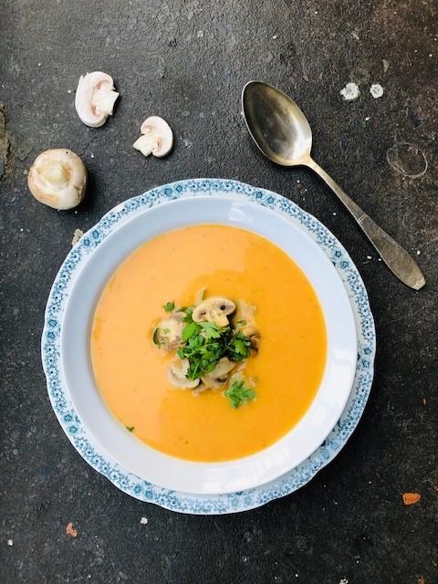 Soep van zoete aardappel, wortel en kokos. Een gezonde, vegetarische en veganistische soep die sous vide is gegaard. Heerlijk als voorgerecht, tussengerecht of als lichte maaltijd.