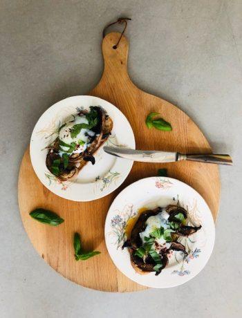 Spelt toast met portobello's en sous vide 63 graden ei. Dit heerlijke vegetarische lunch, brunch of ontbijt recept is gebaseerd op een recept van Yotam Ottolenghi. Maar in plaats van dat ik de eieren heb gepocheerd heb ik ze gedurende een uur op 63 graden gegaard in de sous vide.