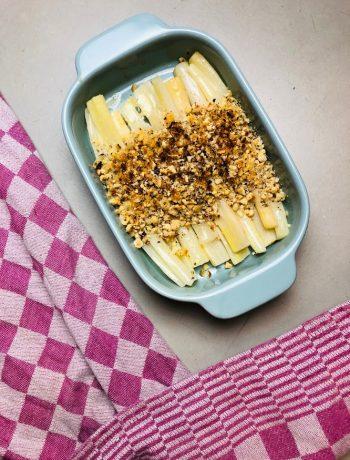 Schorseneren met korst van hazelnoot en parmezaan. Een heerlijk vegetarisch bijgerecht. Ook wel winter asperges genoemd.