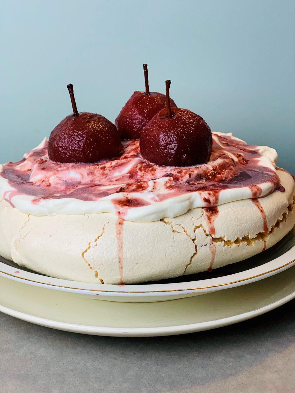 Pavlova met stoofpeertjes en rode bessensap. Een heerlijk feestelijk en winters dessert wat prachtig zal staan op de kerst tafel.