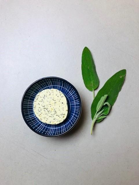Salie boter zelf maken. een heerlijke variant op de klassieke kruidenboter.