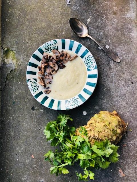 Geroosterde knolselderij soep met champignons. Een heerlijke en gezonde maaltijd soep. Dit vegetarische recept is erg makkelijk, de oven doet verder het werk.