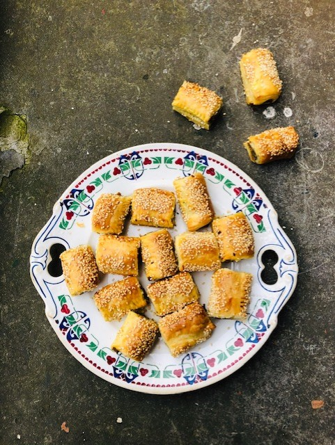 Vegetarische saucijzenbroodjes met notengehakt. Heerlijke en gezonde mini saucijzenbroodjes die je zonder schuldgevoel kunt eten. Een makkelijk en lekker recept, ideaal als hapje bij de borrel.