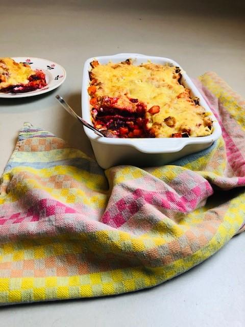 Een heerlijke vegetarische en gezonde bieten lasagne met rode bieten, wortel en geitenkaas. Een recept boordevol groenten en makkelijk voor te bereiden als avondeten.