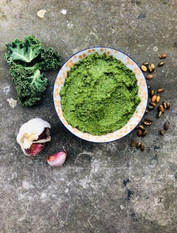 Een heerlijke en makkelijk pesto, deze boerenkool pesto met champignons. Een ideale en smaakvolle pesto waarbij je tegelijkertijd je groenten binnenkrijgt.