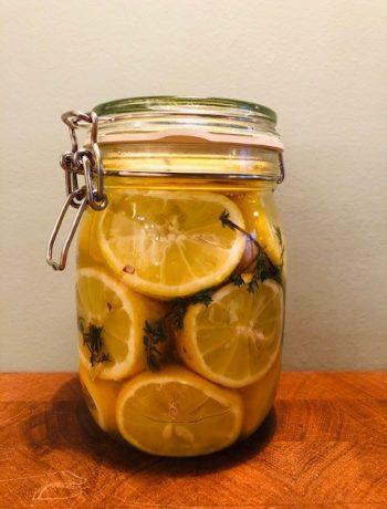 Zelf citroen inmaken, wecken, pekelen of inleggen is super makkelijk en leuk om te doen. Bovendien ziet een pot vol ingemaakte citroenen er prachtig uit!