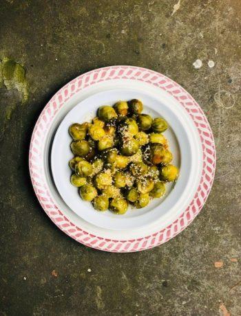 Pittige spruiten sous vide. Gegaard in een marinade van ketjap, sojasaus, knoflook en sambal. Een heerlijk recept om je spruiten sous vide te bereiden.
