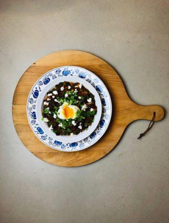Een heerlijke en makkelijke bonenstoof met rode kidneybonen, boerenkool en een zachtgekookt eitje. Een gezond en vegetarisch hoofdgerecht.