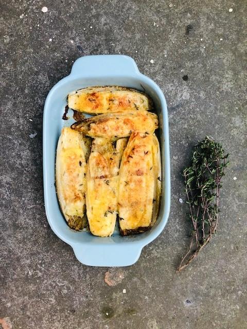 Heerlijke gekarameliseerde witlof die vervolgens is gegratineerd in de oven met gruyere kaas. Naar recept van Yotam Ottolenghi. Een vegetarisch bijgerecht om van te watertanden.