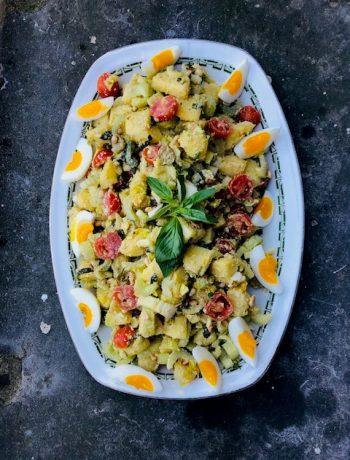 Maak eens zelf je aardappelsalade en probeer dan eens deze variant van aardappelsalade met bleekselderij en pesto dressing. Een heerlijke maaltijdsalade die het ook erg goed doet bij de barbecue of tijdens een picknick.