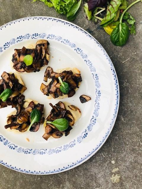 Deze vegetarische bruschetta met gemarineerde champignons is heerlijk als klein voorgerecht, als borrel hapje of als onderdeel van een uitgebreide lunch.