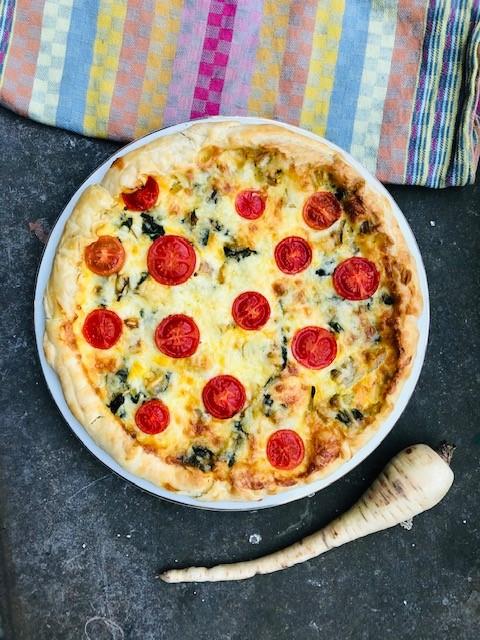 Hartige taart of quiche met pastinaak en snijbiet is een heerlijk vegetarische hoofdgerecht vol met seizoensgroenten en aangevuld met een heerlijke pittige kaas.