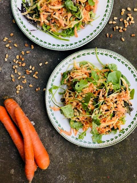 Een heerlijke frisse en licht pittige rauwkost salade van rammenas en wortel. De rammenas is een bijzondere knolgroente die nauw verwant is aan de radijs, rettich en daikon. Een gezond e salade die je goed kunt eten als bijgerecht, als lunch of als lichte maaltijd.